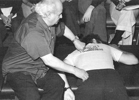 Moshe Feldenkrais bei einem Training in San Francisco