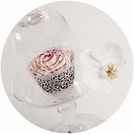 Einzelner Cupcake als Hingucker unter einer Glashaube
