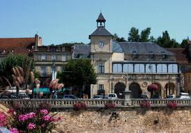 Die Mairie von Le Buge (weitgehend Vorbild des fiktionalen Dorfs Saint-Denis
