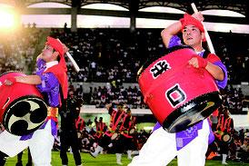 演舞する北谷町栄口区青年会=17日、コザ運動公園陸上競技場