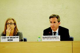 国連人権理事会で発言するデービッド・ケイ特別報告者(右)=12日、ジュネーブ