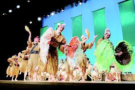 畑作業の様子を演じた舞踊「山の幸」=28日午後、国立劇場おきなわ