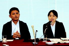スイスから帰国後、記者会見で国連での活動について報告する我那覇さん(右)と依田さん=16日午前、日本プレスセンター