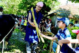 サトウキビ収穫について学ぶ勝連小の児童たち=12日午後、石垣やいま村