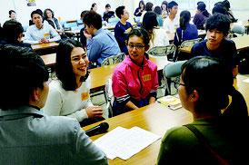 「人生の糧のちゃんぷる~!」と題したイベントが行われ、大学生らと交流する中高生=29日、八重山合同庁舎