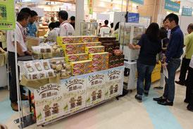 黒糖を使用した関連商品が並べられ、多くの人が足を止めて見入っていた=10日、那覇市