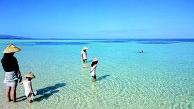 島唯一の海水浴場は真夏のような光景に=2日、コンドイビーチ