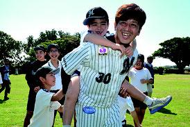 千葉ロッテマリーンズ大嶺祐太投手が黒島小中学校を訪れ児童生徒らと交流を行った=15日、同校