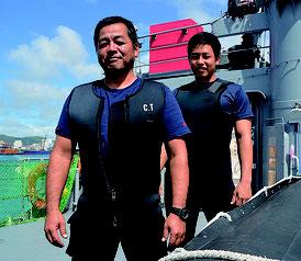 海上自衛隊の水中処分隊で活躍する當間さん(左)と名嘉さん=19日、石垣港J岸壁、水中処分母船6号船上