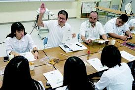渡邊義弘さん(左から2人目)の話を聞く生徒ら=15日午前、八商工