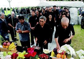 戦争マラリア犠牲者追悼式が行われ、多くの市民が手を合わせた=23日、同慰霊之碑前