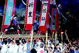 日暮れと共にツナヌミンが行われた=7月31日夜、新川地区
