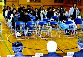 地域住民との意見交換会が開かれた=25日夜、名蔵小中学校体育館