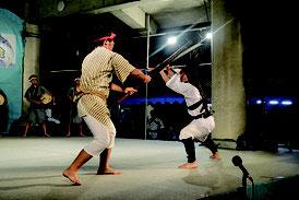 交流会で披露された青年会による棒踊り=6日夜、久部良漁港