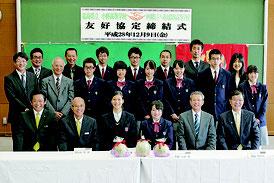 八農高と福島県立小野高校との友好協定締結式が行われた=9日午前、同校
