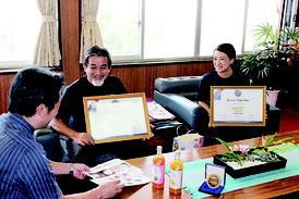 川平ファームの橋爪雅彦代表と娘・遊季さんが受賞を報告した=29日、市長室