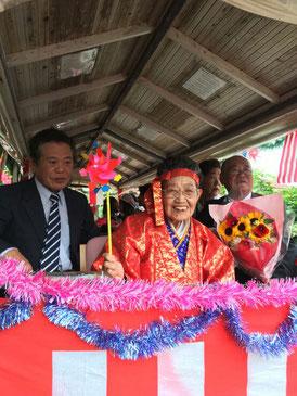 清水敏さんのマンダラーを祝う水牛車パレードが行われた=5日、竹富島