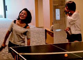 ホテルで卓球を楽しむ女性たち=13日、アートホテル石垣島