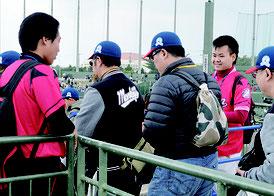 八商工生が中国語ボランティアを行った=11日、市営野球場