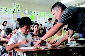 仲本英男教諭(右)が公開授業を行った=4日、新川小学校