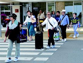 島外から続々と観光客らが石垣島入りした=28日午後、石垣空港
