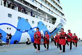 アイダーベラ号の到着に合わせ、八重山高校郷土芸能部がアトラクションを行った=3月31日日午前、石垣港F岸壁