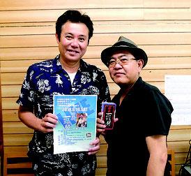 (左から)ミヤギマモルさんと絶対的石垣島の仲宗根政司代表理事=5日午後、八重山日報社
