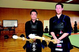 ニコフさん(右)と稽古を行った高倉さん=23日午後、石垣第二中学校武道場