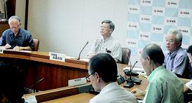 翁長知事と2人の副知事が参加して開かれた県行財政改革推進本部=22日午後、県庁内
