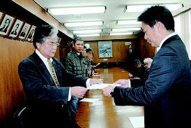 上原共同代表から抗議文を受け取る中山市長=28日午前、市役所