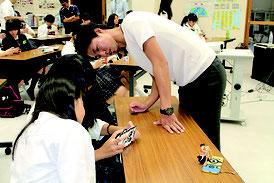田代氏が生徒に撮影のコツを伝授した=22日、八重山商工高校