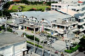 老朽化が進む竹富町役場(資料写真)
