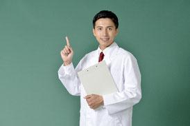 ファイルを抱えた男性薬剤師の画像