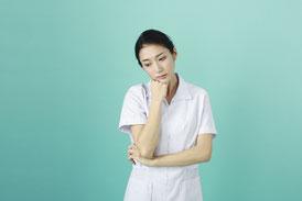 考えている女性薬剤師の画像
