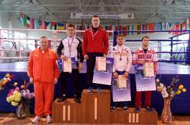 Алексей Рябков (в центре)