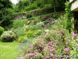 Jardin fleuri au mois de mai