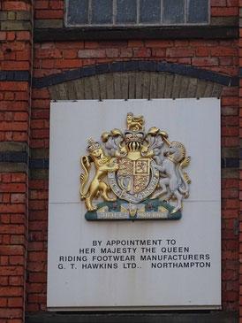 Royal Warrant auf einem Fabrikgebäude in der Schuhhauptstadt Northampton. Photo: Men's Individual Fashion.