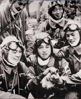 Members of 72nd Shinbu Squadron. Three of the five are 17 years old and the other two are 18 and 19 years old. The photo was taken the day before their mission. 指定したファイルがありません。 URLを確認してください。
