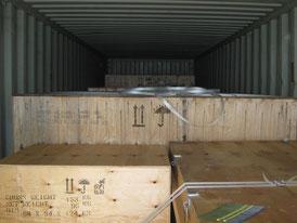 Seefrachtkisten verstaut im Container