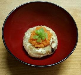 木綿豆腐と玄米のハンバーグ。たまねぎを甘味が出るまで炒めて、水気を切った豆腐と玄米に味噌を少々加えて下味を整え、おにぎりのように握ったものをフライパンで焼き上げた一品。上に乗せたのは、にんじんをおろしたものに、梅酢で味を付けたものと、大根の葉の塩もみしたものを。単なるおかずのハンバーグではなく、玄米を入れたことで焼きおにぎり風にもなりますので、これが主食にもなります。