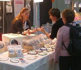 Demonstration von Schmucktechniken, Verkaufstand des Atelier im Kornmesserhaus