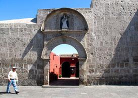 die Haupt-Pforte des Klosters