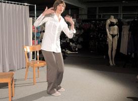 Ragnhild A. Mørch zwischen zwei Stühlen, im Hintrgrund ein Mannequin
