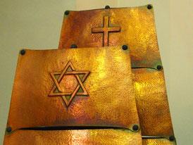 der Davids-Stern vor dem christlichen Kreuz