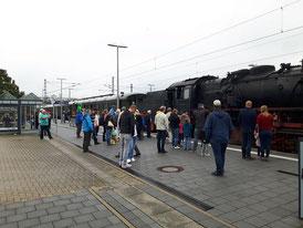 Viele interessierte Zuschauer beobachteten das Relikt vergangener Zeiten bei seinem Halt im Bahnhof Wörth
