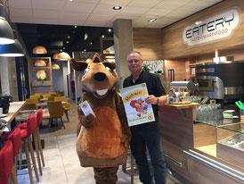 Eichhörnchen Regionaldo mit dem Inhaber der EATERY, Herrn Josef Meier, beim Begrüßungsbesuch. Foto: Silvia Nibler