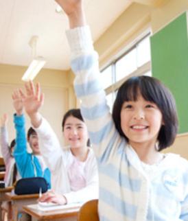 手を挙げて、答えている生徒たち