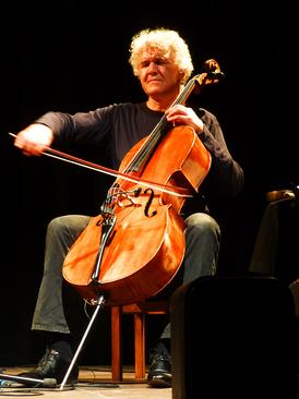 Matthias Müller spielt auf einer Bühne Cello.