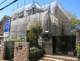 戸建てに仮設足場、養生ネットを設置した写真