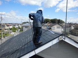高圧洗浄で屋根を洗浄している写真